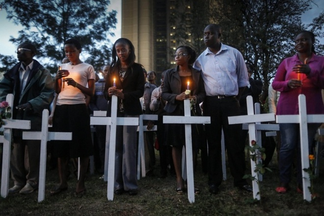 Kenya tham dự một buổi cầu nguyện dưới ánh nến cho 148 người thiệt mạng trong các cuộc tấn công vào Đại học Garissa.