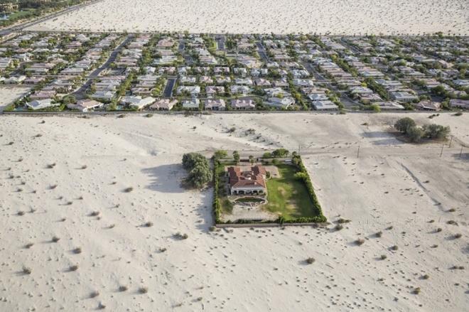 sa mạc xâm lấn xung quanh ngôi nhà ở thành phố nghỉ mát golf Rancho Mirage, nam California.