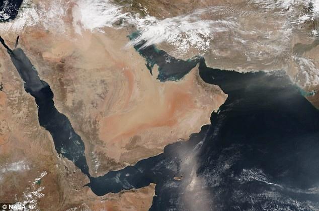 bức ảnh mà Cơ quan Hàng không vũ trụ Mỹ (NASA) công bố cho thấy bão cát bao trùm Saudi Arabia và Các tiểu vương quốc Arab thống nhất trong ngày 1/4, gây nên tình trạng khó thở cho người dân. Theo tạp chí Discovery, hôm ấy nó bao phủ một khu vực có diện tích gần bằng Mỹ.