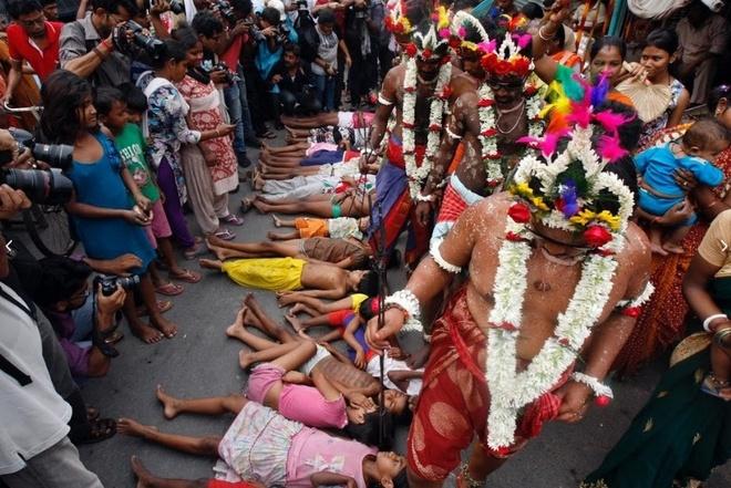 Dong dinh vao tay, xoa chan len mat de cau may o An Do hinh anh 2 Một trong những phong tục vào ngày lễ là các giáo sĩ cầu may cho trẻ em. Họ dùng chân xoa lên đầu, mặt, ngực và cơ thể đứa trẻ.