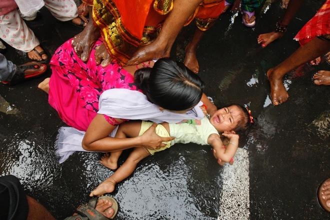 Dong dinh vao tay, xoa chan len mat de cau may o An Do hinh anh 5 Dù đây là một phong tục lâu đời của người Hindu, nhiều em bé vẫn sợ hãi khi các giáo sĩ đến gần.