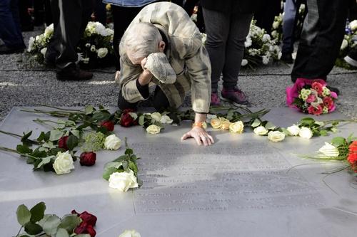 Loat anh an tuong nhat tuan (13 - 19/4) hinh anh 7 Người sống sót Alexander Danilowitsch Bitschok quỳ tại đài tưởng niệm ở trại tập trung Buchenwald của Đức Quốc xã gần Weimar, Đức trong dịp kỷ niệm 70 năm ngày giải phóng trại này
