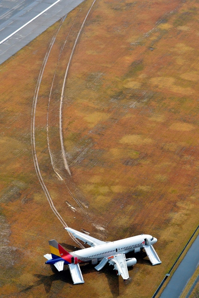 Loat anh an tuong nhat tuan (13 - 19/4) hinh anh 5 Máy bay Asiana Airlines trượt khỏi đường băng tại thành phố Hiroshima, Nhật Bản sau khi đâm vào một tòa tháp truyền thông, hôm 15/4. Sự cố khiến 27 hành khách bị thương nhẹ.  Ảnh: Ashahi Shimbum