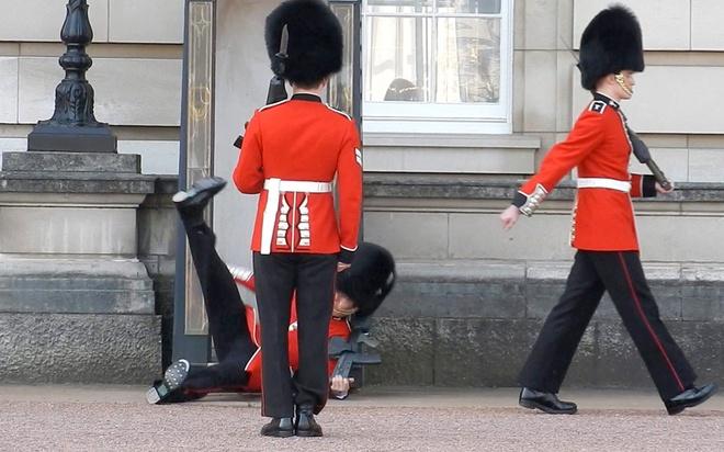 Loat anh an tuong nhat tuan (13 - 19/4) hinh anh 10 Khoảnh khắc một tiêu binh tại cung điện Buckingham, Anh, trượt chân ngã trong lúc đổi gác trước ánh mắt hàng trăm khách du lịch.
