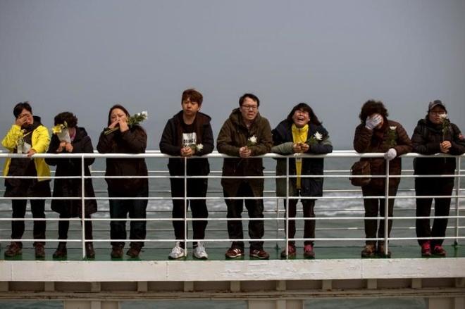 Loat anh an tuong nhat tuan (13 - 19/4) hinh anh 4 Thân nhân của các nạn nhân của thảm họa chìm phà Sewol ở Hàn Quốc không kềm được nước mắt trong chuyến viếng thăm ngày 15-4 tại nơi phà chìm ngoài khơi đảo Jindo, phía nam Hàn Quốc năm ngoái.