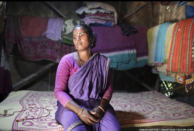 """Người dân càng bất chấp nguy hiểm để tiến sâu vào trong rừng, nguy cơ bị hổ tấn công càng tăng. 8 năm trước, chồng của cô Usha Rami là nạn nhân của một vụ hổ vồ. """"Chồng tôi chưa từng vào rừng. Anh ấy luôn sợ hãi. Ngày đầu tiên anh ấy đi câu cũng là ngày tôi phải đối diện với tin dữ"""", Usha nói."""