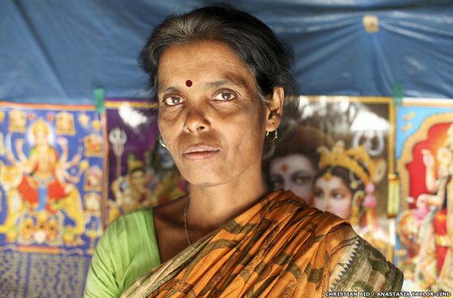 """Nhiều người dân vẫn câu cá ở các sông và kênh rạch chảy xuyên qua đồng bằng Sundarban. Chồng của bà Laxmi Dhali qua đời 6 năm trước vì bị hổ vồ khi ông đang đánh cá trong rừng. """"Con trai tôi vẫn đi câu cá hàng ngày. Tôi không thể ngủ được chừng nào thằng bé trở về nhà. Nhiều khi, vì quá lo lắng, tôi còn đi theo nó""""."""
