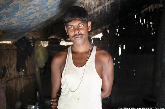 """Avijit Dhali trở thành trụ cột gia đình sau khi cha của anh bị hổ vồ. """"Cảm giác sợ hãi vẫn bủa vây tâm trí khi tôi câu cá. Nhưng tôi không còn lựa chọn khác bởi muốn duy trì sự sống, tôi cần thức ăn"""", Avijit cho biết."""