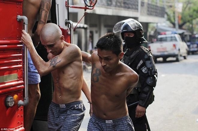 Canh ap giai pham nhan den nha tu nguy hiem nhat the gioi hinh anh 7 Cảnh sát áp giải tù nhân lên xe buýt để tới trại giam