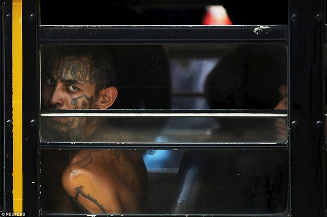 Canh ap giai pham nhan den nha tu nguy hiem nhat the gioi hinh anh 9 Một phạm nhân ngoái đầu nhìn ra ngoài qua cửa sổ xe buýt.