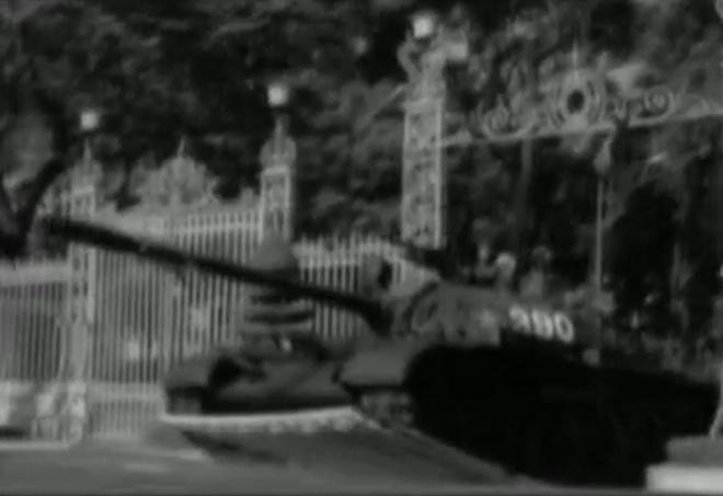 Ky uc cuu binh lai xe tang tien ve Dinh Doc Lap len bao Phap hinh anh