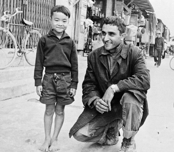 Tre em trong chien tranh Viet Nam qua anh quoc te hinh anh 2 Phóng viên George Esper của hãng AP chụp hình cùng một bé trai Việt Nam tại tỉnh Quảng Ngãi, ngày 1/1/1966.