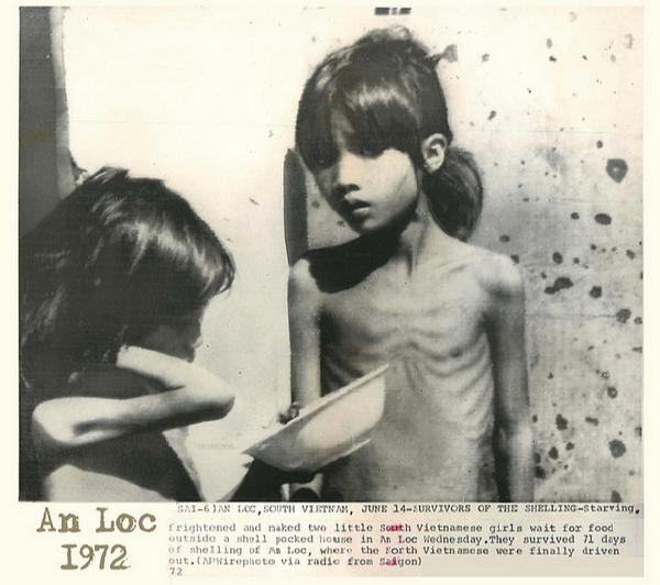 Tre em trong chien tranh Viet Nam qua anh quoc te hinh anh 6 Hai bé gái gầy trơ xương chờ được phát thực phẩm bên ngoài một ngôi nhà hư hại bởi pháo kích tại An Lộc, Bình Phước, ngày 14/6/1972.