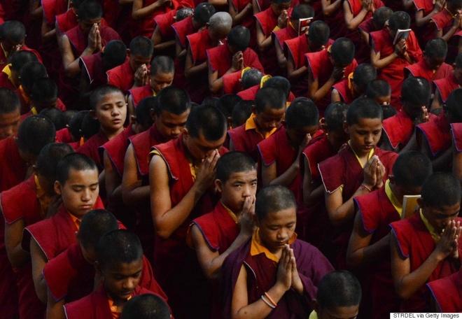 Các Phật tử cầu nguyện cho nạn nhân tại chùa Bodhgaya Mahabodhi