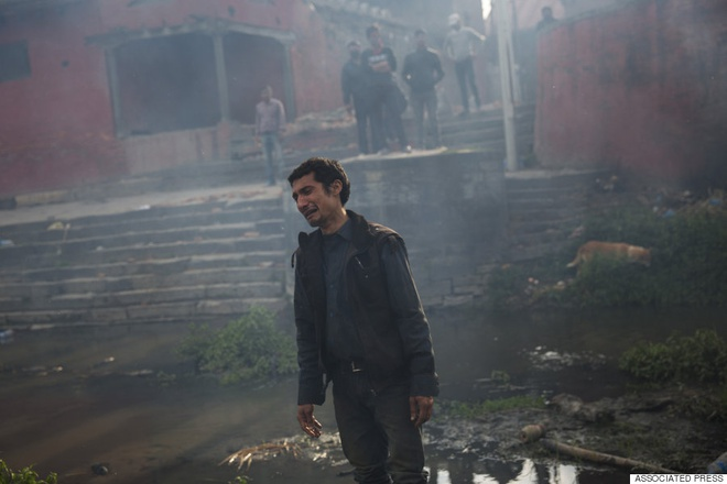 Người đàn ông này khóc trong sự tuyệt vọng khi hỏa thiêu em gái bên bờ sông Bagmati. Ảnh: