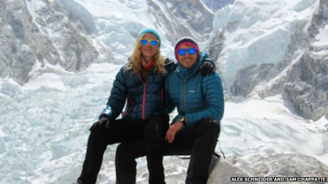 'Toi song sot, nhung mat rat nhieu ban be' hinh anh 2 Cặp vợ chồng Alex và Sam sống sót sau trận lở tuyết trên núi Everest. Ảnh: BBC