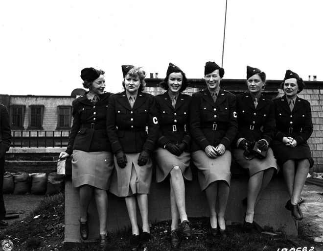 Phu nu My xung tran trong The chien thu hai hinh anh 12 Các nữ phóng viên chiến trường của các tờ báo nổi tiếng như Time, Chicago Daily News và New York Times chụp ảnh tại chiến trường châu Âu, ngày 1/2/1943.