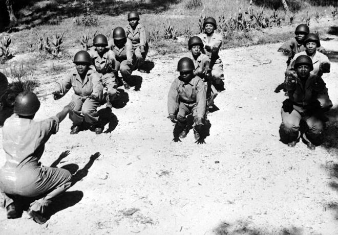 Phu nu My xung tran trong The chien thu hai hinh anh 11 Các y tá Mỹ gốc phi rèn luyện thể lực vào buổi sáng tại một trại quân sự ở Australia, tháng 2/1944. Họ là những người được cử đến bệnh viện của quân Đồng minh tại những khu vực căng thẳng tại phía tây nam mặt trận Thái Bình Dương.