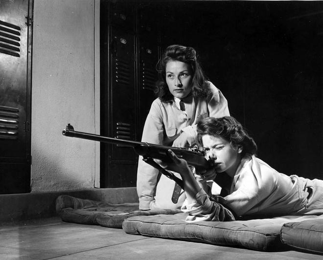 Phu nu My xung tran trong The chien thu hai hinh anh 1 Hai phụ nữ ngắm bắn trong một buổi đào tạo tại trường trung học Roosevelt, thành phố Los Angeles, bang California, tháng 8/1942. Đây là khóa huấn luyện do Quân đoàn Chiến thắng tổ chức nhằm đào tạo nữ binh sĩ sử dụng một cách hiệu quả.
