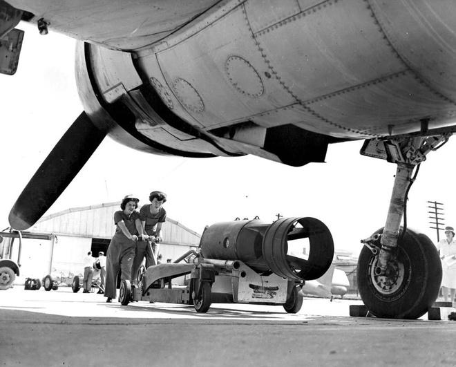 Phu nu My xung tran trong The chien thu hai hinh anh 3 Neta Irene Farrell và Genevieve Evers, hai thành viên của lớp học dành cho lính dự bị của Hải quân Mỹ, đang chuyển vũ khí vào trong máy bay tại thị trấn Quantico, bang Virginia.