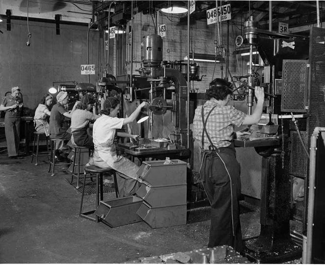 Phu nu My xung tran trong The chien thu hai hinh anh 7 Nữ công nhân làm việc tại nhà máy sản xuất phi cơ West Coast, tháng 5/1942.