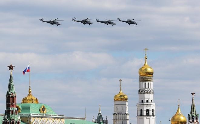 Trực thăng Mi-35. Tất cả phi công tham gia lễ diễu hành mừng Ngày Chiến thắng là những thành viên xuất sắc của Không quân Nga.