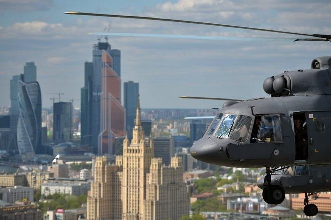 Trực thăng Mi-8 tham gia lễ diễn tập. Theo kế hoạch, 140 máy bay và trực thăng sẽ bay qua bầu trời Moscow vào lúc 11h12 ngày 7/5 (theo giờ Moscow).