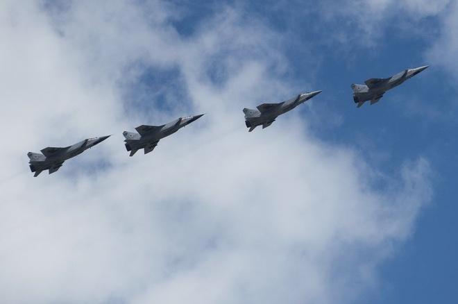 4 tiêm kích đánh chặn MiG-31 dàn hàng trên bầu trời Moscow.