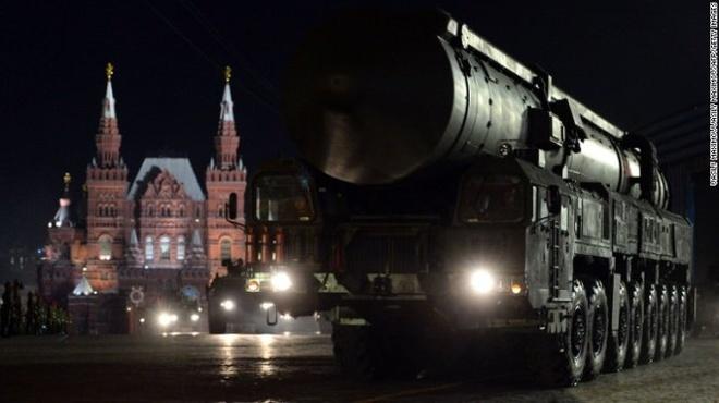 Nga chi gan 8 trieu USD 'duoi mua' trong Ngay Chien thang hinh anh 2 Nga cũng khoe tên lửa đạn đạo xuyên lục địa RS-24 Yars tại quảng trường Đỏ.  Ảnh: CNN