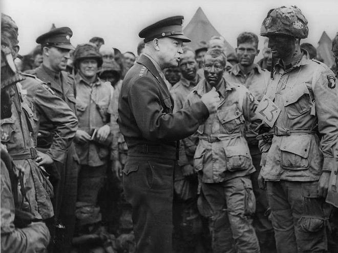 Dwight D. Eisenhower, tướng Mỹ đồng thời là Tổng tư lệnh tối cao của quân Đồng minh trong Thế chiến II, đang chỉ đạo binh sĩ. Ảnh: