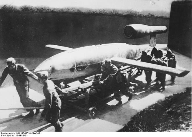 Lính Đức kéo một quả bom bay V-1. Ảnh: Wikipedia