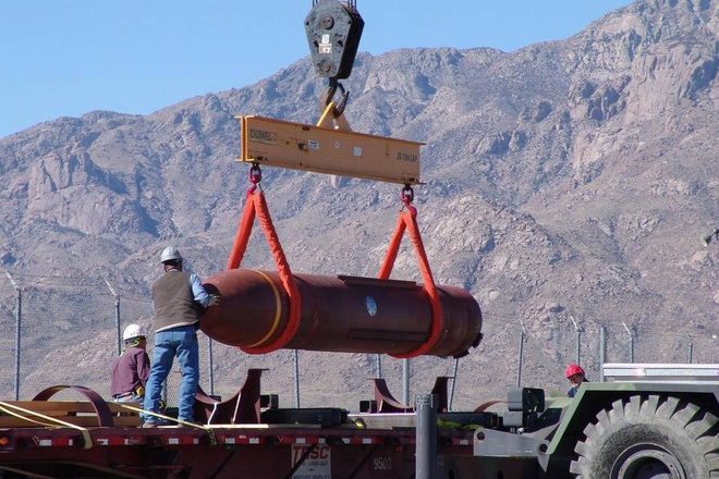 10 vu khi lam thay doi the gioi hinh anh 1 Massive-Ordnance Penetrator (MOP) là loại bom phá bunker thông minh hạng nặng do Không quân Mỹ chế tạo nhằm phá hủy các cấu trúc dưới lòng đất - nơi Washington tin rằng Iran đặt vũ khí hạt nhân, theo Telegraph. MOP có trọng lượng 300.000 pound (13.608 kg) và chiều dài 6 m. MOP có khả năng xuyên sâu tới 18 m bê tông và sau đó phát nổ ở độ sâu 60  m. Quả bom này được mệnh danh là con quái vật 15 tấn, được thiết kế để phá hủy các cấu trúc dưới lòng đất nơi mà Mỹ tin rằng Iran đặt các vũ khí hạt nhân. Không quân Mỹ thử nghiệm MOP lần đầu vào năm 2007.