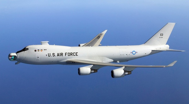 10 vu khi lam thay doi the gioi hinh anh 9 Vũ khí laser trên không  YAL-1 ALTB (Airborne Laser Testbed) có thể là điểm đặc biệt trên chiến trường trong tương lai. Hệ thống này được thiết kế nhằm tiêu diệt các tên lửa đạn đạo chiến thuật. Quân đội Mỹ thử nghiệm YAL lần đầu tiên vào năm 2007 khi đặt nó bên trong Boeing 747 được chuyển đổi. Đây là phi cơ có tháp pháo laser lớn nhất từng xuất hiện. Trong lần thử nghiệm năm 2010, YAL thành công khi bắn hạ một mục tiêu. Dù quân đội Mỹ cho rằng, để đánh chặn tên lửa, họ sẽ phải tốn nhiều chi phí cho việc lắp đặt vũ khí, vận hành và duy trì hoạt động của YAL. Tuy nhiên, hệ thống chứng minh được rằng, với laser công suất lớn, nó có thể phá hủy các mục tiêu lớn, chuyển động nhanh trong không trung.