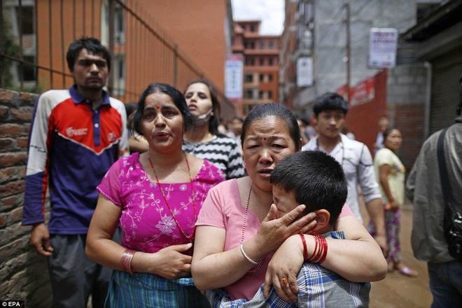 Dong dat 7,3 do Richter tai Nepal la du chan manh hinh anh 2 Một bé trai bật khóc trong vòng tay mẹ sau cơn địa chấn tại Nepal ngày 12/5. Ảnh: EPA