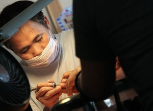 Giac mo My va su thong tri nganh lam mong cua nguoi Viet hinh anh 3 Anh Huy Van, một người Việt làm chủ tiệm nail ở thành phố Miami. Ảnh: Seattletimes