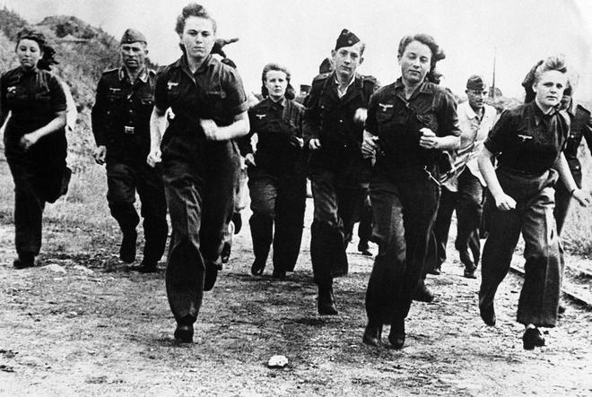 Nhiem vu cua phu nu trong The chien II hinh anh 9 Nữ binh sĩ tham gia khóa đào tạo quân sự cùng nam giới của lực lượng Không quân Đức tại một khu vực không xác định, ngày 7/12/1944.