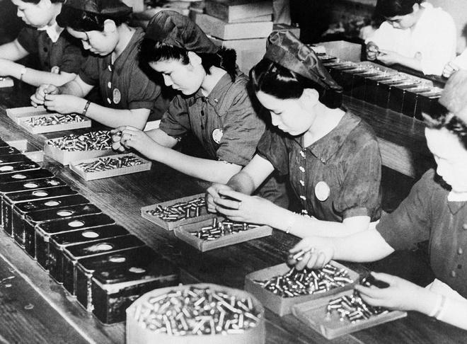 Nhiem vu cua phu nu trong The chien II hinh anh 2 Phụ nữ Nhật Bản làm việc trong nhà máy sản xuất đạn dược, ngày 30/4/1941.