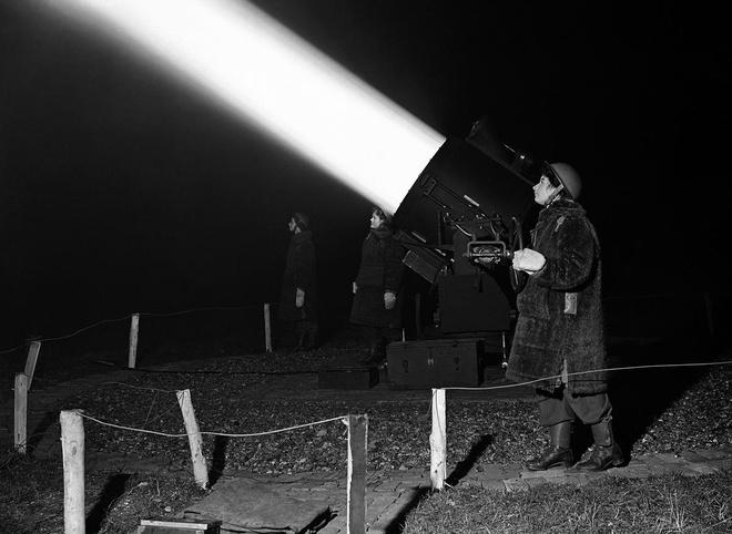 Nhiem vu cua phu nu trong The chien II hinh anh 6 Các thành viên nữ thuộc Lực lượng Hỗ trợ Mặt đất (ATC) dùng thiết bị chuyên dụng để xác định vị trí bom Đức nhằm hỗ trợ lực lượng pháo cao xạ.