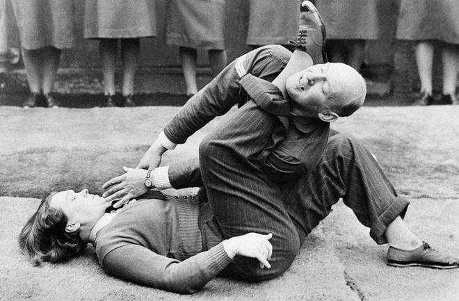 Nhiem vu cua phu nu trong The chien II hinh anh 10 Một thành viên lực lượng nữ không quân trợ chiến Anh (WAAF) quật ngã đồng nghiệp nam trong một bài tập của khóa đào tạo chuyên sâu tại trường cảnh sát của Không quân Hoàng gia. Bức ảnh chụp ngày 15/1/1942.