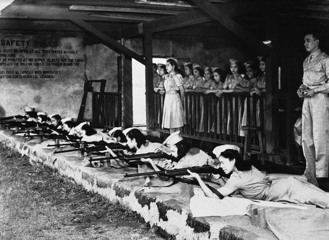 Nhiem vu cua phu nu trong The chien II hinh anh 11 Các thành viên của quân đoàn nữ du kích Philippines luyện tập ở trường bắn Manila ngày 8/11/1941.
