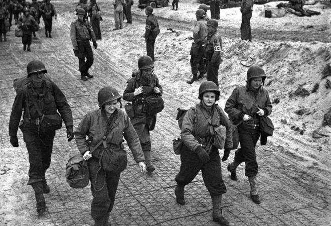 Nhiem vu cua phu nu trong The chien II hinh anh 13 Các nữ y tá Mỹ đi bộ dọc bãi biển tại Normandy, Pháp, ngày 4/4/1944 sau khi xuống tàu đổ bộ. Họ đang trên đường tới bệnh viện để chăm sóc những binh sĩ bị thương.