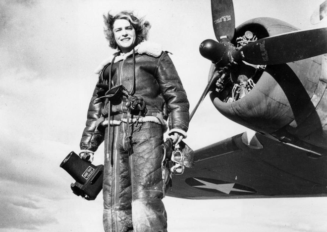 Nhiem vu cua phu nu trong The chien II hinh anh 8 Margaret Bourke-White, nữ phóng viên tạp chí LIFE, chụp hình trước phi cơ của quân Đồng minh, tháng 2/1943. Margaret là nhiếp ảnh gia người Mỹ và một trong những nữ phóng viên chiến trường đầu tiên.
