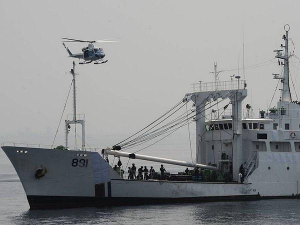 Nhat, Philippines sap tap tran chung tren Bien Dong hinh anh 1 Một chiếc trực thăng bảo vệ bờ biển của Nhật Bản bay trên tàu bảo vệ bờ biển Philippines. Ảnh: Getty Images