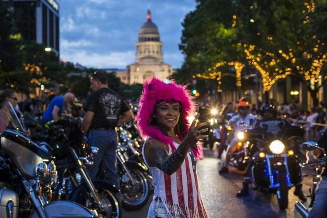 Tòa nhà Quốc hội Mỹ xuất hiện phía sau tấm ảnh của một thành viên tham gia sự kiện.