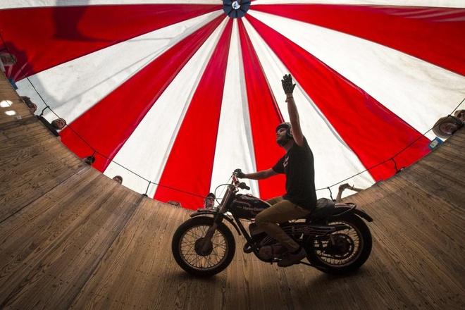 Cody Ives, 22 tuổi, điều khiển chiếc Harley Davidson SX 250 đời 1974, vẫy tay chào khán giả khi biểu diễn tại ngày hội ROT