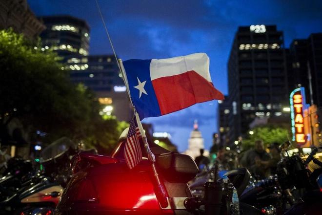 Lá cờ bang Texas được gắn phía sau xe phân khối lớn.