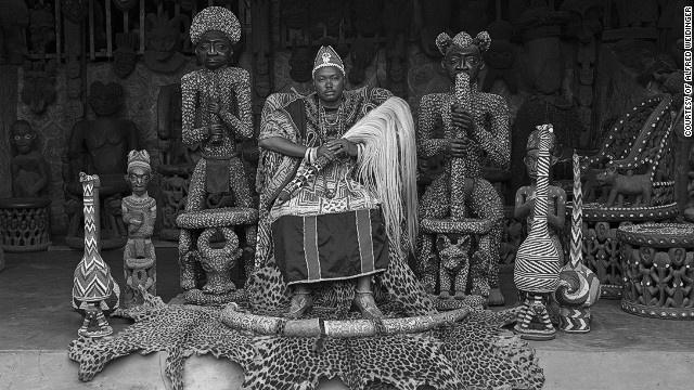 Ong vua co gan 100 vo tai luc dia den hinh anh 2 Nhà lãnh đạo Ndofoa Zofoa III ở Babungo, Cameroon. Ảnh: CNN