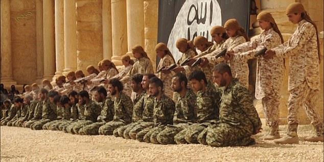 Chien binh thieu nien cua IS hanh quyet 25 linh Syria hinh anh 4 Lính Syria quỳ gối và bị trói hai tay. Phiến quân đứng sau và dùng súng bắn vào đầu họ.