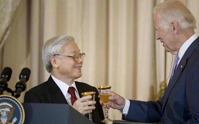 Pho tong thong Biden lay Kieu khi noi ve quan he Viet - My hinh anh 1 Tổng Bí thư Nguyễn Phú Trọng và Phó tổng thống Joe Biden nâng ly chúc tương lai của Việt - Mỹ. Ảnh: Reuters