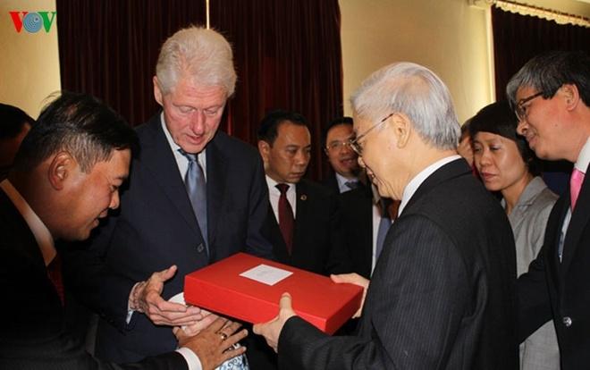 Hinh anh chan tinh giua Tong Bi thu va Bill Clinton hinh anh 3 Cựu Tổng thống Clinton cho biết ông tự hào là người có cơ hội tham gia và chứng kiến tiến trình phát triển của hai nước trong 20 năm qua kể từ khi thiết lập quan hệ ngoại giao.